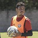 Alisson Farias durante treino do Vitória
