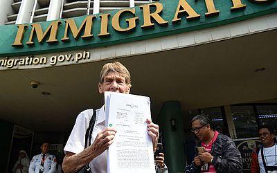 A freira católica Patricia Fox, da australiana consegue seu visto de turista no escritório de imigração em Manila, dois dias antes da expiração de seu visto missionário. Ela enfrenta um  processo de deportação.