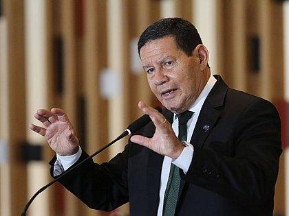 'Macron desconhece a produção de soja no Brasil', diz Mourão