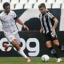 Fred, do Fluminense, e Victor Luis, do Botafogo, em disputa de bola: times empataram em 1x1
