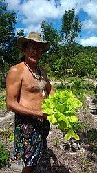 O idealizador Waldo Andrade mostra os resultados de uma agricultura feita sem uso de produtos químicos