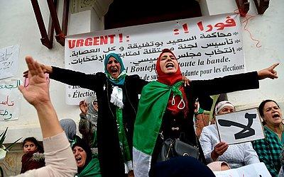 Manifestantes argelinos protestam contra o governo na capital Algiers.