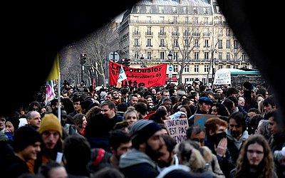 Estudantes do liceu francês protestam na Praça Saint-Michel, em Paris, na  França, contra as reformas na educação.