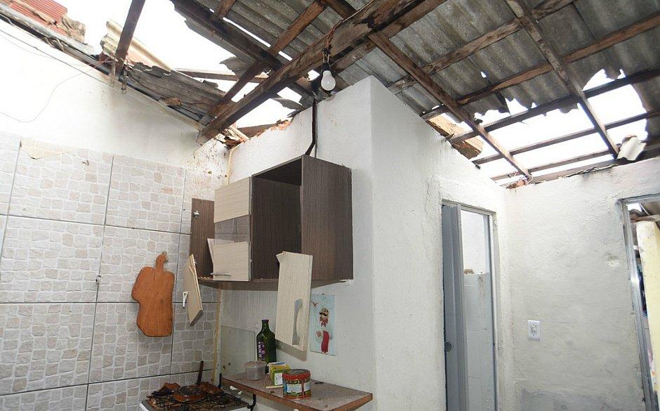 Famílias que tiveram casas destelhadas em Nova Brasília de Itapuã receberão auxílio