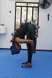 Exercício standing roll down: mobilização de coluna em flexão e alongamento da cadeia posterior.