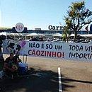 Ativistas levaram faixas e cartazes defronte à loja do Carrefour em Campinas