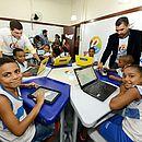 Nas escolabs a crianças é incentivada a levar celulares para a escola e as aulas utilizam tablets e computadores
