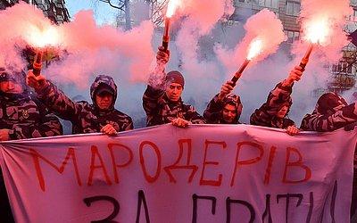 Ativistas de extrema-direita da Ucrania marcham em frente ao escritório do procurador geral em Kiev, protestando contra um colaborador próximo do Presidente ucraniano, acusado de enriquecer por contrabando de peças militares da Rússia