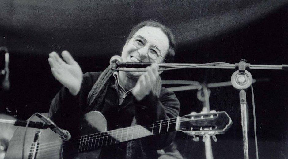 Descontraído, João toca para desbundados do Festival de Águas Claras, no início dos anos 80