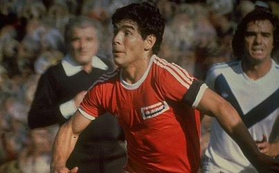 Maradona com a camisa do Argentinos Juniors, time pelo qual começou carreira e jogou até 1981