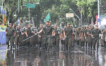 Tropas desfilam sob chuva em 2018