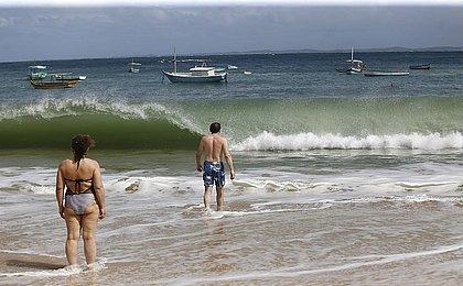 Frente fria dá trégua, mas mar agitado assusta banhistas na Barra