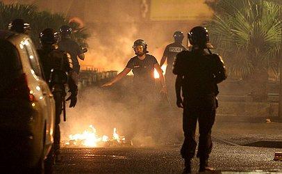 """Oficiais de polícia em uma rua no distrito de Chaudron durante confrontos com manifestantes do movimento """"do colete amarelo """" em Saint-Denis-de-la-Reunion.Eles protestam  contra os elevados preços dos combustíveis."""