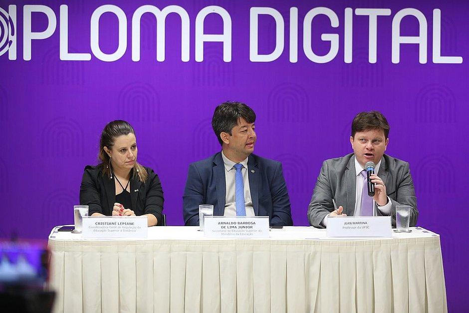 Governo anuncia versão digital de diplomas com custo 80% menor