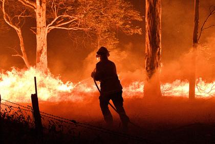 Incêndios deixam 3 mortos e australianos fogem para as praias
