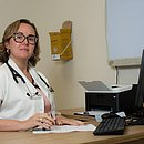 Dra Larissa afirma que se estiver no grupo de placebo da pesquisa de Oxford, tomará a primeira vacina aprovada pela Anvisa que for disponibilizada