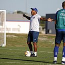 Roger Machado gesticula durante treino do Bahia na Cidade Tricolor