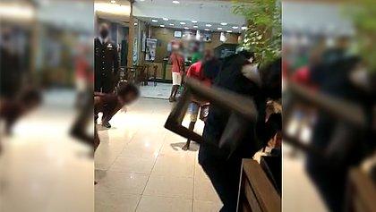 Grupo de adolescentes agride segurança de shopping em Salvador