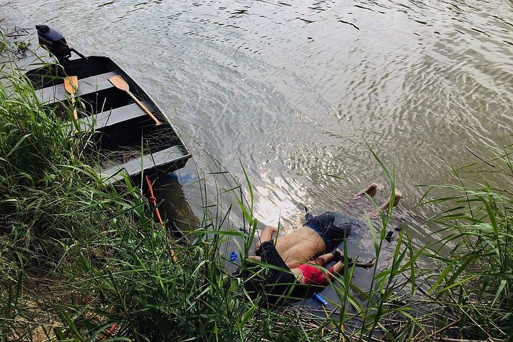 Resultado de imagem para mostra Óscar Alberto Martínez Ramírez e sua filha de 23 meses, Valeria, mortos às margens de rio