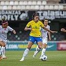 A baiana Rafaelle em ação durante o jogo do Brasil com o Canadá