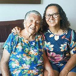 Dona Lila, 91,  e a filha Lene, 66, estão enfrentando a pandemia juntas e viraram as melhores amigas