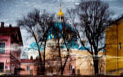 Edifícios e a Catedral da Trindade são refletidas no Rio Fontanka em São Petersburgo.