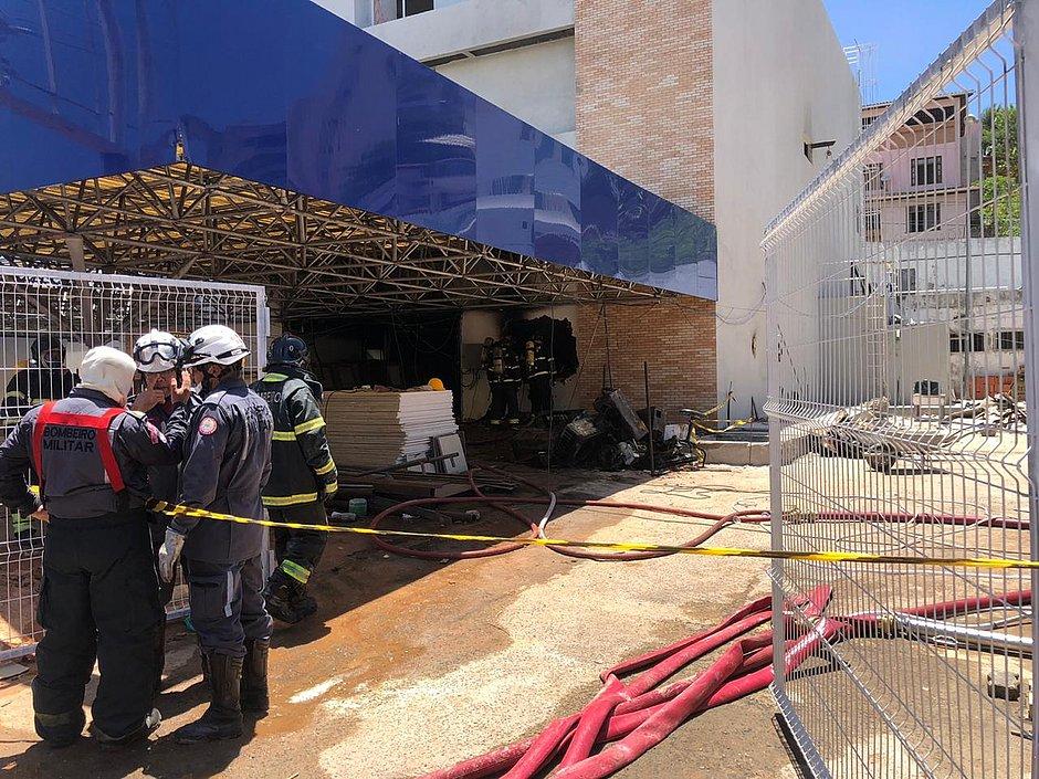 Incêndio atinge prédio em construção na Avenida Juracy Magalhães, em Salvador