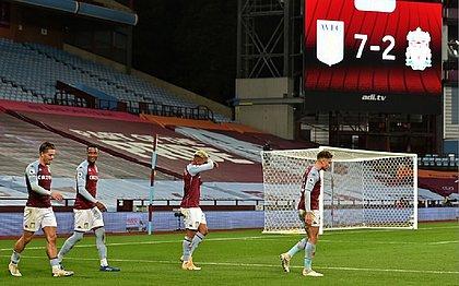Jogadores do Aston Villa após o sétimo gol em cima do Liverpool