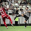 Leandro Carvalho faz gol de cobertura sobre Weverton