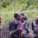 Técnico do time profissional, Jonilson Veloso passa instruções a atletas durante treinamento