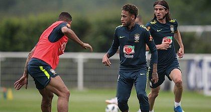 Neymar viajou para Liverpool, mas vai ficar no banco diante dos croatas