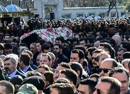 Socialites mortas em queda de avião antes de casamento são enterradas