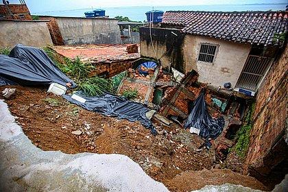 Imóvel cedeu em Plataforma e atingiu outras casas; ninguém ficou ferido