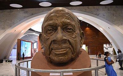 """Escultura do busto de Sardar Patel de VAZZARI no museu dentro da """"estátua da unidade"""", o monumento mais alto do mundo dedicada ao líder da independência indiana Sardar Patel de VAZZARI, perto de Vadodara em Gujarat."""