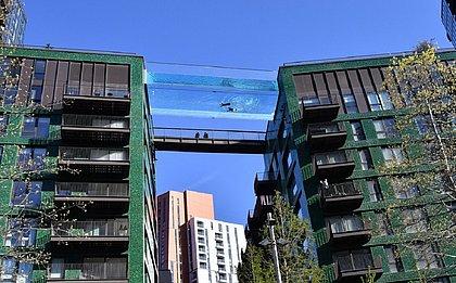 Teria coragem? Piscina transparente liga prédios de luxo em Londres