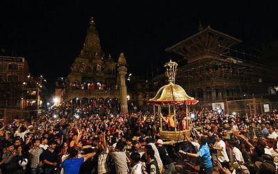 Hindus do Nepal carregam o andor com o Deus Bhimshen de Deus na Praça de Durbar, durante o festival desdicado a ele em Lalitpur.