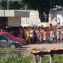 Multidão se formou em frente ao CSU do Nordeste de Amaralina durante distribuição de cestas básicas
