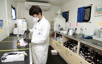 Aulas práticas são realizadas em laboratórios que reproduzem ambiente industrial
