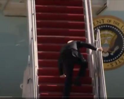 Biden tropeça três vezes e cai ao subir escadas do avião presidencial americano