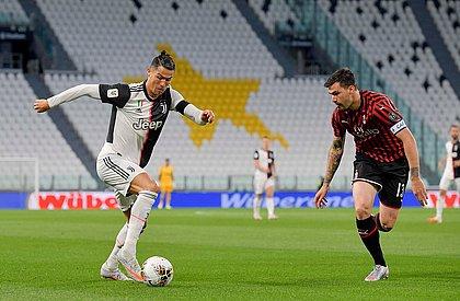 Cristiano Ronaldo é marcado por Romagnoli, do Milan