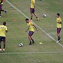 James Rodríguez e Falcao Garcia batem bola durante treino da Colômbia em Pituaçu
