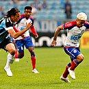 Artur ganha de Geromel na corrida. Atacante tricolor deu um calor na defesa do Grêmio