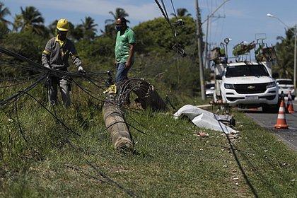 Funcionários da Coelba fazem serviço de reparo no poste atingido