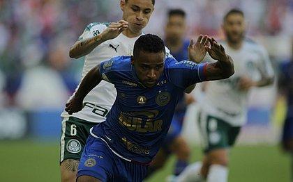 Élber machucou a coxa durante o empate com o Palmeiras, na Fonte Nova
