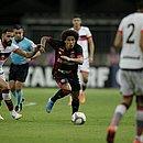 Felipe Gedoz é marcado por jogador do Atlético-GO