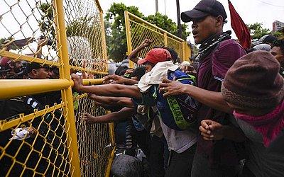 As forças de segurança da Guatemala tentam impedir migrantes hondurenhos de atravessar a  fronteira Guatemala-México em Ciudad Tecun Uman, na Guatemala.
