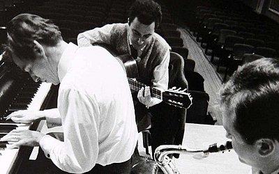 Tom Jobim, João Gilberto e Stanley Getz na passagem de som do antológico concerto da bossa nova no Carnegie Hall, em 1962
