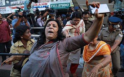 Polícia tenta reprimir uma manifestação em Kochi no estado indiano de Kerala. Após duas mulheres de 40 anos desafiarem a proibição de entrar no Templo Sabarimala Ayyapa.