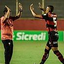Rodrigo Chagas comemora com Gabriel Bispo, autor do segundo gol do Vitória