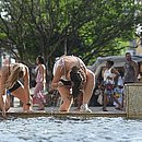Argentinas se refrescam na fonte da Praça da Sé, no Pelourinho